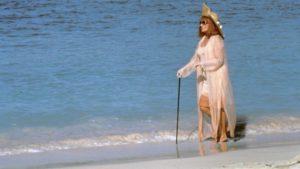 rueducine.com-la-vieille-qui-marchait-dans-la-mer-photo (4)